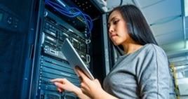 Une photo d'une femme devant un matériel de réseau informatique